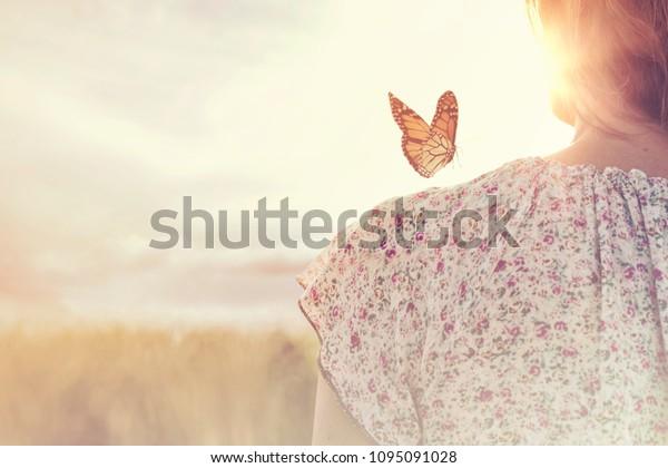 momento especial de encuentro entre una mariposa y una chica en medio de la naturaleza