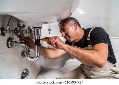 Spezialreparaturwerk für männliche Klempner im Badezimmer