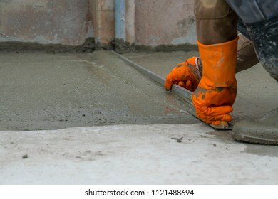 The specialist is pouring the mortar. To make a walk And to keep the details of the job. It must be done with caution. To achieve good and effective work in progress.