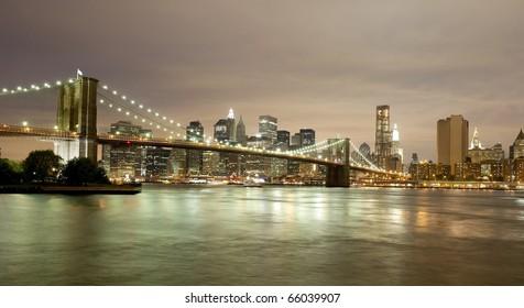Spectacular skyline of Downtown Manhattan including the Brooklyn Bridge