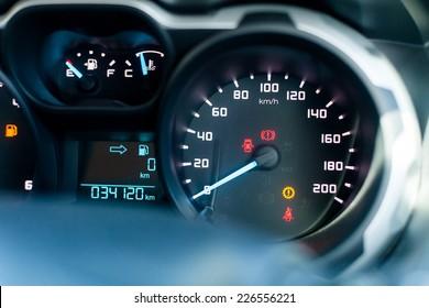 Velocímetro en coche estacionado, con pantalla LCD de cuentakilómetros y calculadora de viaje, y indicador de combustible vacío