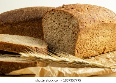 Spelt bread, sliced bread on a slicing board