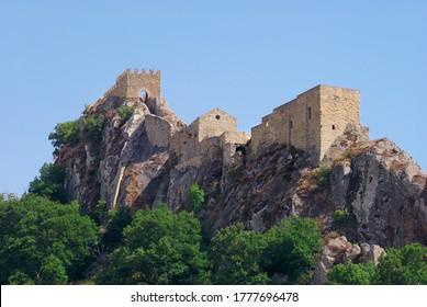 Sperlinga Felsburg in Sizilien ist ein historisches Wahrzeichen des mittelalterlichen Zeitalters
