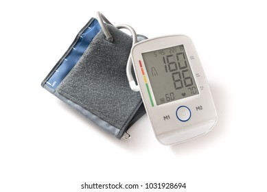 Sphygmomanometer oder blutdruck gauge  zeigt hypertension auf dem digitalen monitor, medical device for diagnosis isolated with shadows on a white background, selected focus