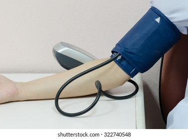 the sphygmomanometer us measure blood pressure on doctors and nurses in the treatment in the hospital.