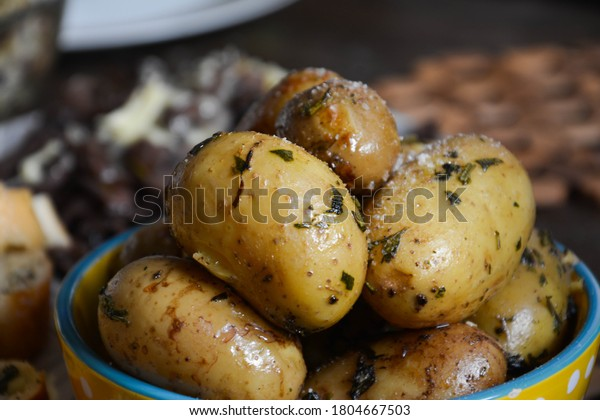 spiced-baked-potatoes-closeup-bowl-600w-