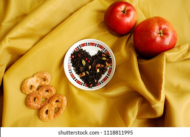 """Spicy black tea """"Cristmas cookies' with buds of a clove, a coriander, slices of apples, oranges, pink pepper. Very tasty and aromatic, tones up and improves digestion.A great gift for your beloved."""