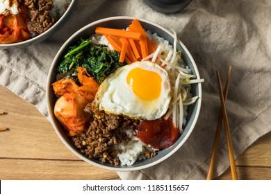 Riz au bibimbap coréen, épicé et fait maison, avec oeuf et boeuf
