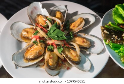 Spicy mussels with onion and thai basil