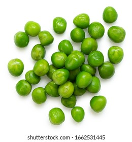Getrennte frische grüne Gartenerbsen einzeln auf Weiß. Draufsicht.