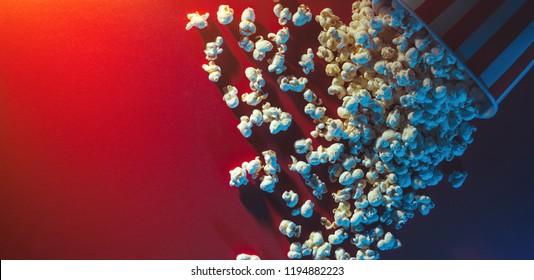 Verschüttetes Popcorn auf rotem Hintergrund, Kino-, Film- und Unterhaltungskonzept