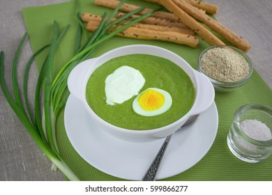 Spinach cream soup with egg