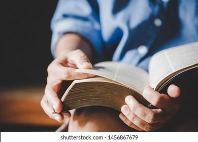 Spiritualität und Religion, Hands gefaltet im Gebet auf einer Heiligen Bibel in der Kirche Konzept für den Glauben.