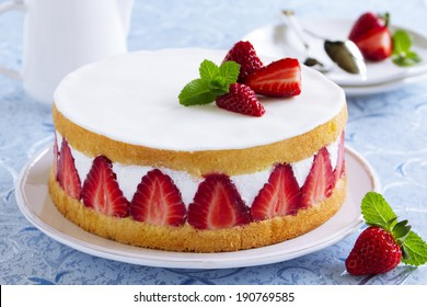 Sponge cake with strawberries and vanilla cream.