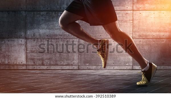 Sporthintergrund, Nahaufnahme der Beine von Läufern aus der Stadt, auf der Straße mit Kopienraum