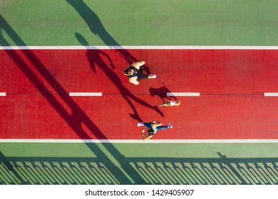 Tema deportivo. Corredores con perro en verde y rojo. Noche de verano pareja activa. Vista superior del dron aéreo
