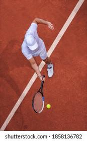 Sport. Draufsicht des männlichen Tennisspielers, der Ball mit Schläger trifft.