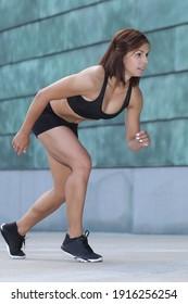 sport woman training start up grid for running