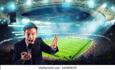 Sportjournalist kommentiert Fußballspiel im Stadion
