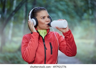 Sposrtswoman drinking isotonic drink