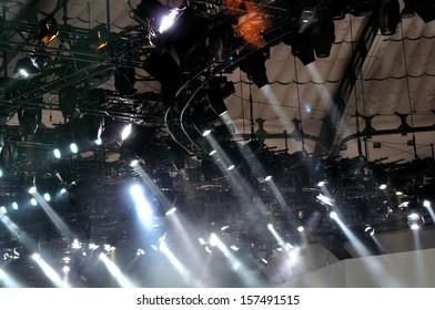 A lot of spotlights hanging on frames.