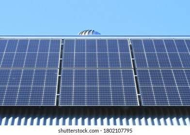 Étendue de panneaux solaires sur une maison en tôle en Australie