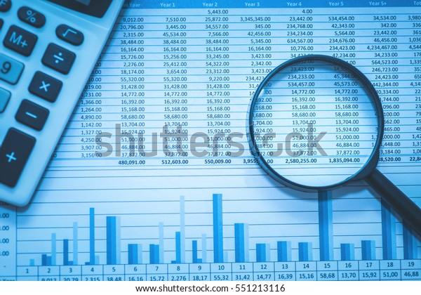 Tabellarische Bankkonten, die mit Taschenrechnern und Vergrößerungsglas bilanzieren. Konzept für die Untersuchung, Prüfung und Analyse von Finanzbetrug.