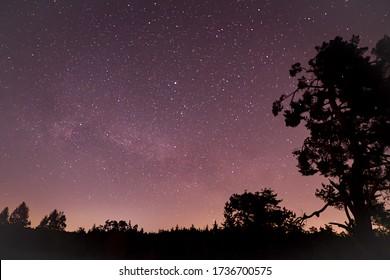 Spring Milky Way et lumière satellite dans le ciel nocturne.
