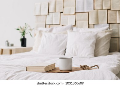 Frühling noch Leben. Frühstück im Bett.Weißes Schlafzimmer. Schönes Zuhause. Bücher, Blumen und Kaffeetasse. flache Lage