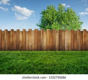 Frühlingsbaum im Garten und Holzgartenzaun