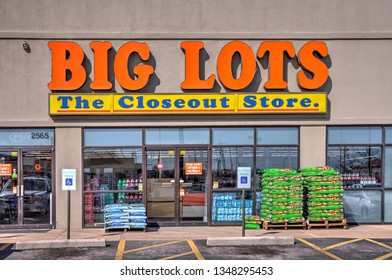 Springfield, Missouri - March 22, 2019: Big Lots retail stores.  Big lots is a discount chain selling food, furniture and housewares.  It is headquartered in Columbus, Ohio.  Editorial.