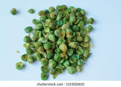 Sprinkle salt peas Put on a white background
