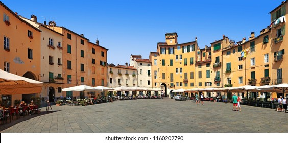 Square of the amphitheater of Lucca