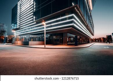 Die quadratische Plattform des städtischen modernen Gebäudes Geschäftsviertel.