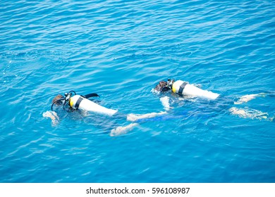 ssi padi courses divers on the water surface before diving