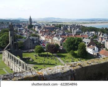 St. Andrews Stadt in SCOTLAND mit Blick auf die Ruinen der gotischen Kathedrale aus dem mittelalterlichen Turm im VEREINIGTEN KÖNIGREICH mit bewölktem Himmel im warmen Sommertag, GREAT BRITAIN, Vereinigtes Königreich, EUROPE am AUGUST 2016.
