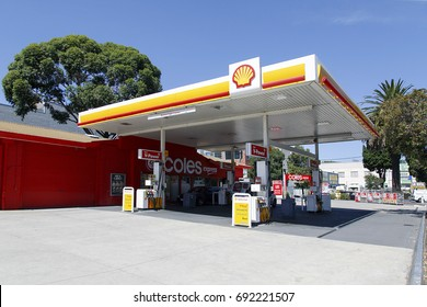 st kilda, melbourne, Australia: March 10, 2017: Shell petrol station with a Coles Express convenience store attached. Cars are refueling.