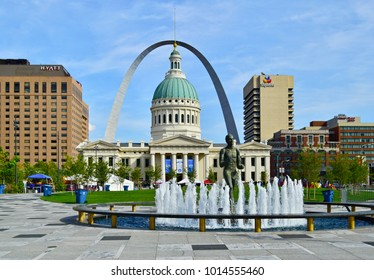 ST. LOUIS, MO, USA - SEPTEMBER 29, 2017: Statue and fountain at Kiener Plaza Park in front of the historic Old County Courthouse in St. Louis, Missouri.