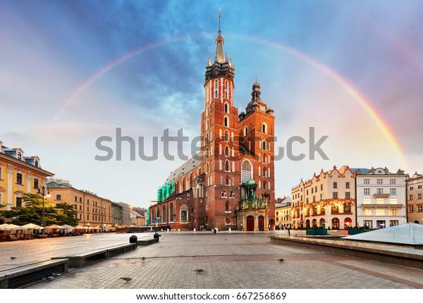 Maria-basiliek in het belangrijkste plein van Krakau met regenboog