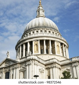 St Paul's Cathedral locates at the top of Ludgate Hill in the City of London