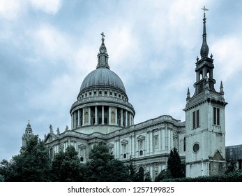 St. Paul's Cathedral in London, England on a cloudy day.
