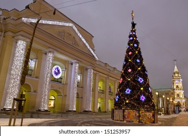 ST. PETERSBURG - DECEMBER 25: Christmas tree on Nevskiy prospectus avenue and buildings of Gostinniy dvor shop and tower of Town Hall, December 25, 2012, in town St. Petersburg.