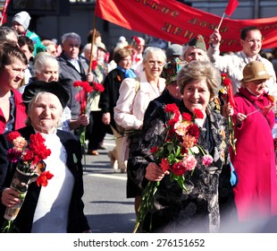 St. Petersburg - MAY 9: The parade dedicated to Victory Day on Nevsky Prospect, involved veterans of the Great Patriotic War and the young people, May 9, 2012, St. Petersburg, Russia.