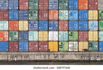 Containerlager in einem Hafen