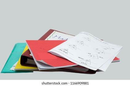 Stack von Hausaufgaben, Mathematik-Aufgabe, Bücher, Datei, Broschüre und weißer Hintergrund