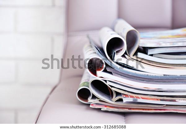 椅子に雑誌の山、接写