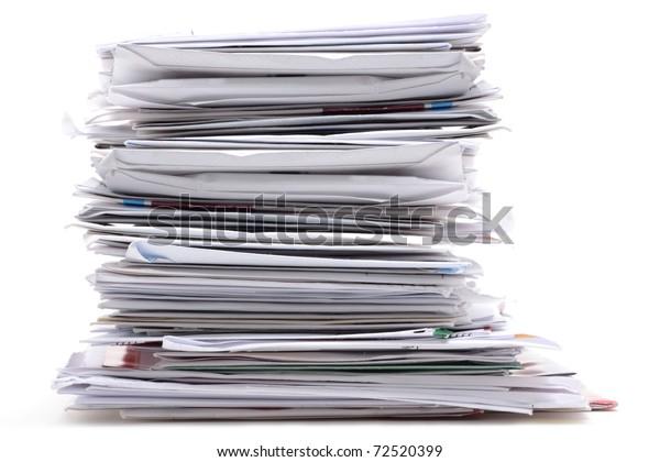 Poststapel auf weißem Hintergrund
