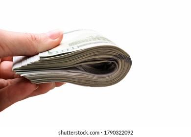 Pile de billets de cent dollars à la main isolée sur fond blanc.