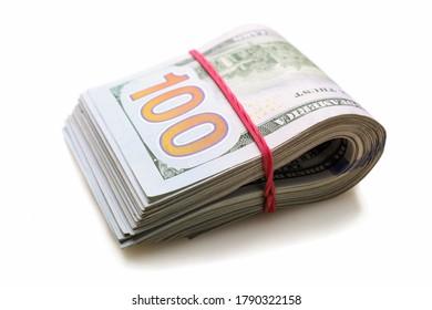 Pile de billets de cent dollars isolée sur fond blanc.