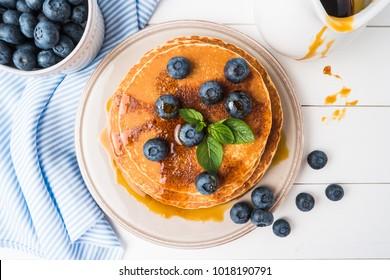 Pfannkuchen mit frischer Blaubeere und Karamellsirup. Draufsicht